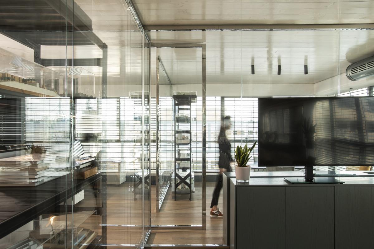 יצירת מחיצות ריצפה תקרה מזכוכית מזוגגת בפרופילי נירוסטה במשרד אדריכלים.