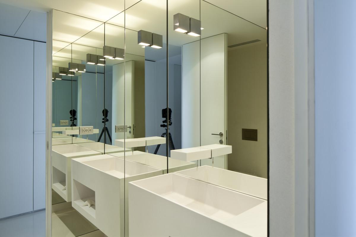 מראות בהתאמה אישית בחלל חדר האמבטיה