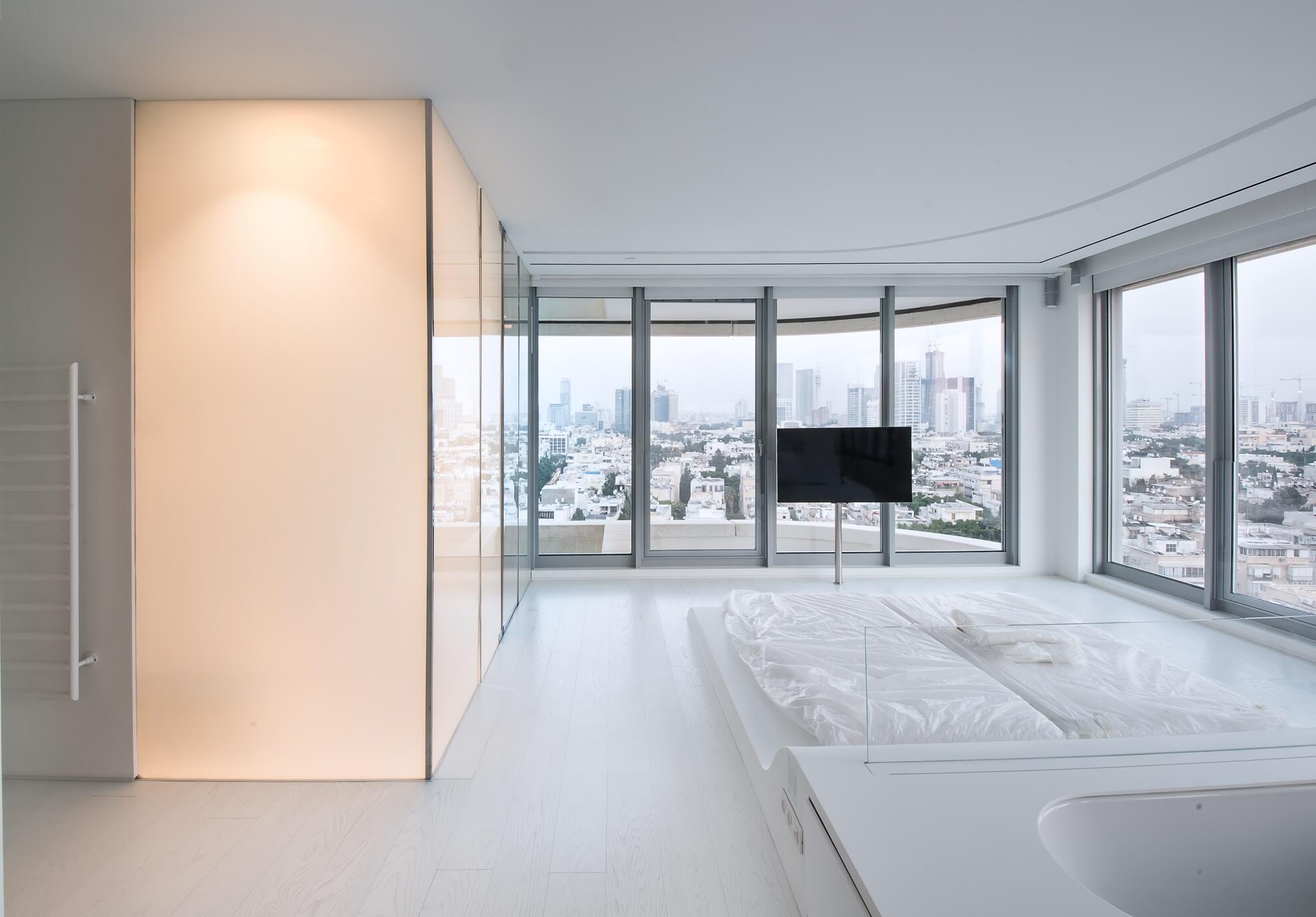 מקלחון מזכוכית PDLC חשמלית בדירת יוקרה