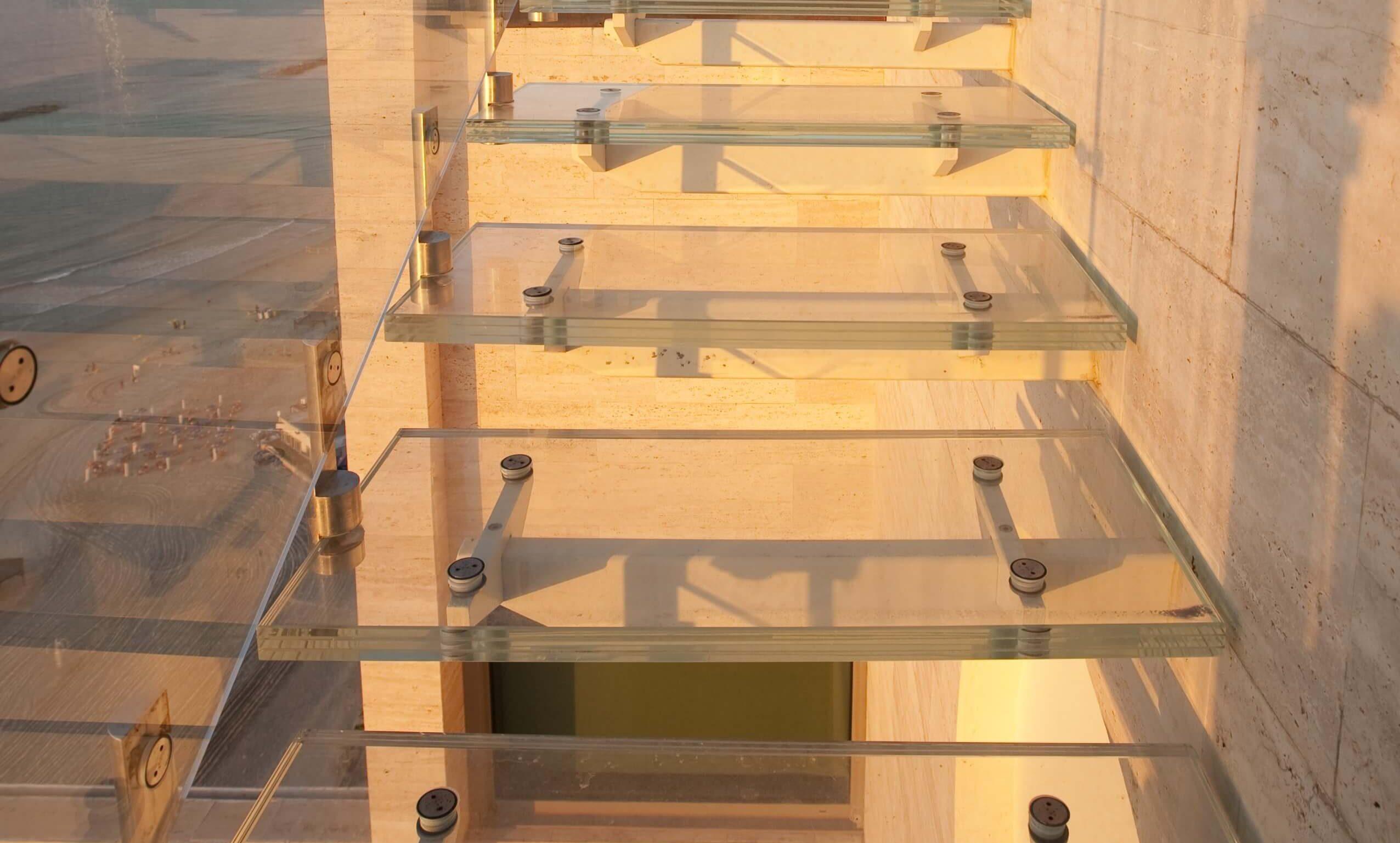 מדרגות מזכוכית עם מעקה זכוכית בכניסה לבית