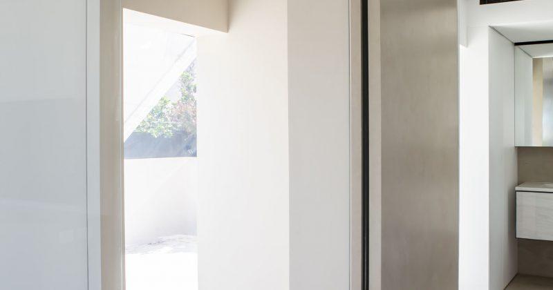 """דלת זכוכית נשלטת ע""""י בית חכם בדירת סטודיו"""