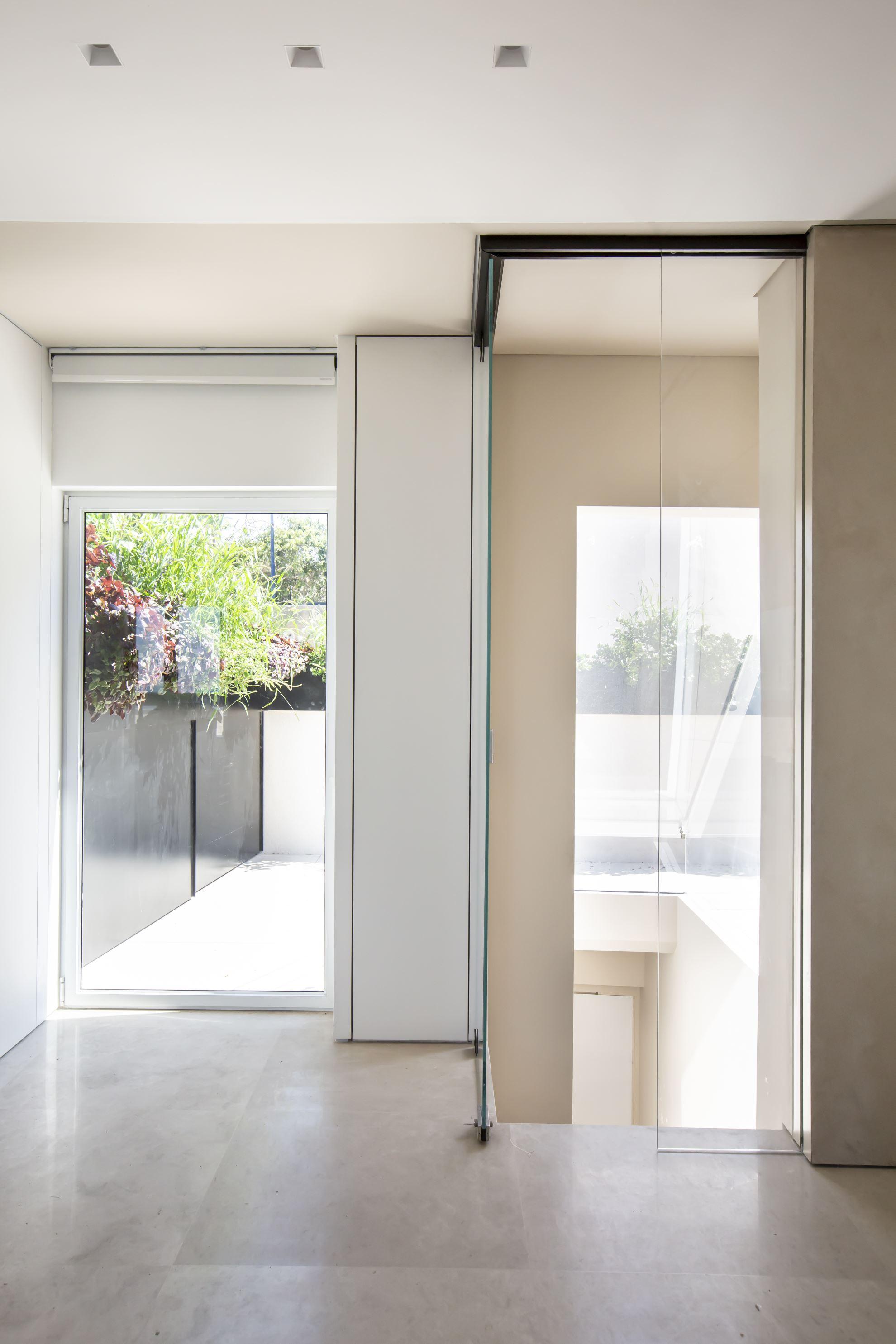 """דלת זכוכית נשלטת ע""""י מערכת בית חכם וגלאי נפח"""