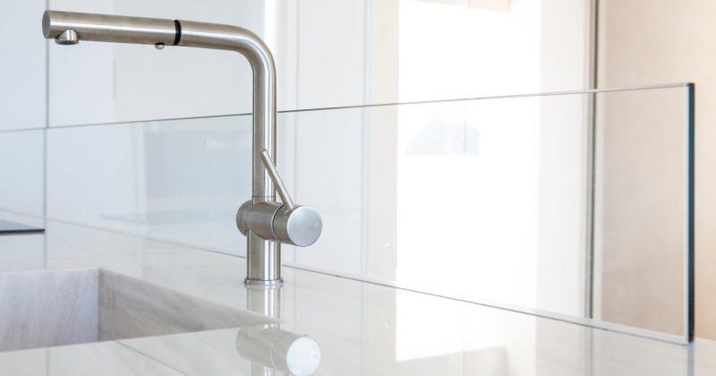 זכוכית חציצה במטבח